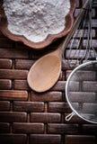 La fine sulla vista del setaccio di legno del fiore della ciotola del cucchiaio uovo-sbatte Fotografie Stock Libere da Diritti