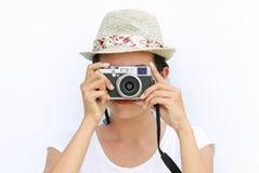 La fine sulle donne asiatiche stava fotografare su fondo bianco fotografia stock libera da diritti