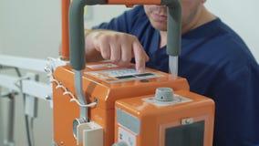 La fine sulle mani maschii di medico ha installato i raggi x a macchina all'ospedale Strumenti medici in clinica senza paziente M archivi video
