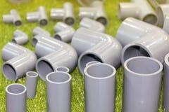 La fine sulle parti del connettore del PVC convoglia il gomito a tre corsie per scandagliare il lavoro fotografie stock
