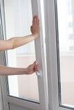 La fine umana della mano una porta di plastica del vinile Immagini Stock Libere da Diritti