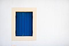 La finestra blu nella casa immagini stock