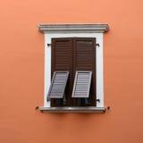 La finestra chiusa e si apre parzialmente Immagine Stock