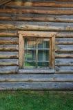 La finestra con l'architrave scolpito di legno nella vecchia casa di legno nella vecchia città russa fotografia stock libera da diritti