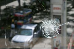 La finestra del negozio ha danneggiato da Gunfire nei tumulti di Bangkok Immagine Stock Libera da Diritti