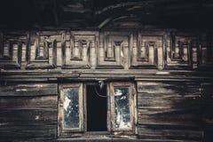 La finestra della soffitta in una vecchia casa Immagini Stock Libere da Diritti