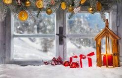 La finestra di legno d'annata trascura il paesaggio dell'inverno fotografia stock