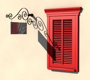 La finestra e l'insegna rosse in forte estate si illuminano Fotografie Stock