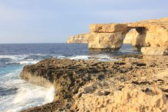 La finestra e la roccia azzurrate Gozo di Fugus Immagine Stock