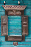 La finestra ha scolpito gli architravi di vecchia casa di legno tradizionale nel villaggio russo fotografia stock libera da diritti