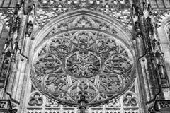 La finestra rosa sulla facciata della st Vitus Cathedral a Praga Immagine Stock