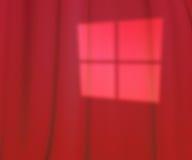 La finestra rossa accende il contesto dello studio Fotografie Stock Libere da Diritti
