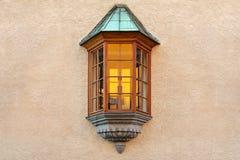 La finestra sotto forma di bovindo è individuata in mezzo alla parete intonacata della costruzione fotografia stock
