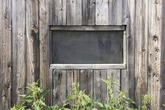 La finestra sui precedenti dei bordi di legno Fotografia Stock