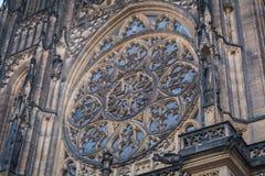 La finestra sulla parte anteriore della cattedrale gotica di Vysehrad a Praga che caratterizza le belle finestre e parete di piet Fotografie Stock Libere da Diritti