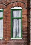 La finestra verde, mattoni rossi inglesi tipici alloggia, si chiude su Manica Fotografie Stock