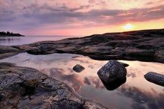 La Finlande : Coucher du soleil par une mer baltique Photo libre de droits