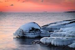 La Finlande : Coucher du soleil par une mer baltique Images stock