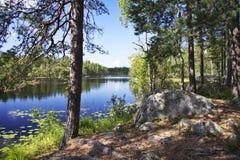 La Finlande : Jour d'été par un lac Image libre de droits