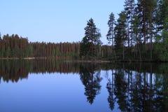 La Finlande : Nuit par un lac Photo stock