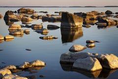 La Finlande : Rivage rocheux Photos stock