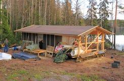 La Finlandia: Coperture della costruzione di una sauna Fotografia Stock