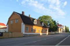 La Finlandia, Kuopio: Via con le vecchie Camere di legno Fotografia Stock Libera da Diritti