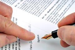 La firma del contrato foto de archivo libre de regalías