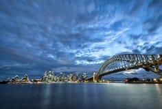 La firma di Sydney visione notturna ed il giorno nuvoloso stupefacente Fotografie Stock