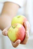 la fixation d'herbe de fond de pomme a isolé la femme blanche de pousse Photos stock