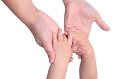 La fixation de chéri enfante des mains Image libre de droits