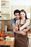 La fixation de couples manie maladroitement vers le haut images libres de droits