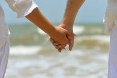 La fixation de couples remet ensemble photographie stock libre de droits