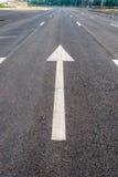 La flèche blanche se connecte une route Image libre de droits