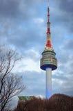 La flèche de la tour de N Séoul, ou tour de Namsan Photographie stock libre de droits
