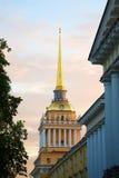 La flèche du bâtiment principal de l'Amirauté Le symbole de St Petersburg Image libre de droits
