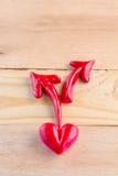 La flèche et le coeur rouges woden dessus le plancher Photo stock
