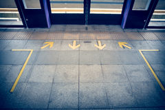 la flèche jaune se connectent le plancher à la suffisance de vintage de station de train de ciel Images libres de droits