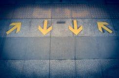 la flèche jaune se connectent le plancher à la suffisance de vintage de station de train de ciel Image stock
