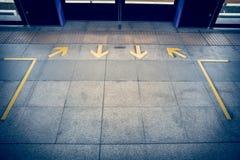 la flèche jaune se connectent le plancher à la suffisance de vintage de station de train de ciel Photos libres de droits