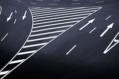 La flèche se connecte l'asphalte Photographie stock libre de droits