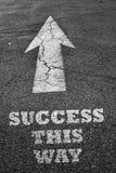 La flèche se connectent la surface d'asphalte avec le succès Images libres de droits
