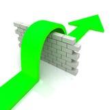 La flèche verte au-dessus des moyens de mur surmontent des obstacles Images libres de droits