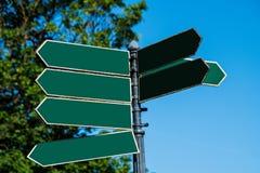 La flèche verte vide multiple a formé les plaques de rue directionnelles se dirigeant dans diverses directions images stock