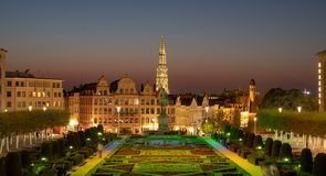 La fl?che de h?tel de ville de Bruxelles sur Grand Place est vue sur l'horizon, photographi? de au-dessus des arts de DES de Mont photographie stock libre de droits