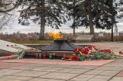 La flamme éternelle à la tombe du soldat inconnu Ville de Rzhev, région de Tver Image stock