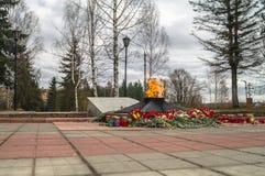 La flamme éternelle à la tombe du soldat inconnu Ville de Rzhev, région de Tver Image libre de droits