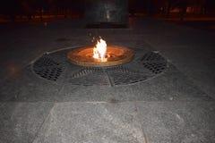 La flamme éternelle au monument la nuit Photographie stock
