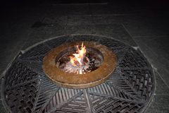 La flamme éternelle au monument la nuit Photographie stock libre de droits