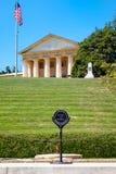 La flamme éternelle et le Robert E Maison de Lee au cimetière d'Arlington images stock
